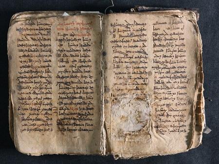 Un histórico manuscrito de oraciones en arameo, restaurado después de su profanación por militantes del Estado Islámico. Durante su visita a Iraq, el Papa Francisco devolvió el manuscrito a la Iglesia Católica, donde se conservaba anteriormente.