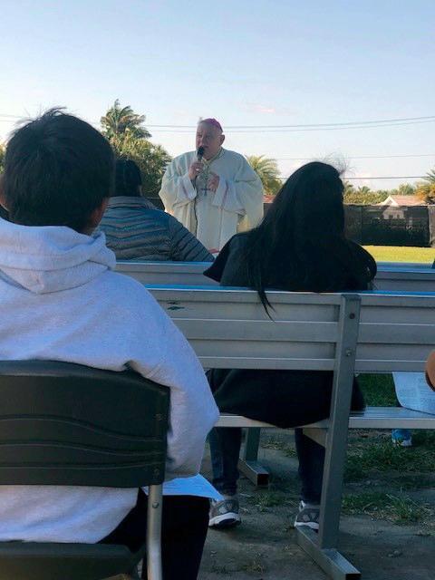 El Arzobispo Thomas Wenski predica su homilía durante la Misa que celebró el domingo de Pascua, 4 de abril de 2021, con niños no acompañados que están bajo el cuidado de Catholic Charities (Caridades Católicas) en el Msgr. Bryan O. Walsh Children's Village en el sur de Miami-Dade County.