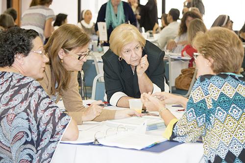 En esta fotografía de archivo de junio de 2017, los líderes catequéticos de la Arquidiócesis de Miami se reúnen para discutir un nuevo plan de estudios.