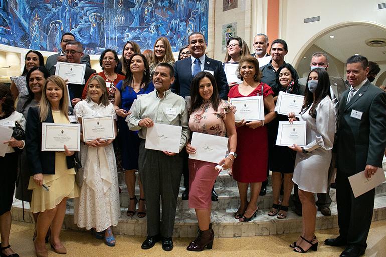 Miembros de la clase 2021 de Ministerios Laicos en español, que asistieron a sus clases en la parroquia St. Brendan, posan para una foto después de la Misa de graduación.