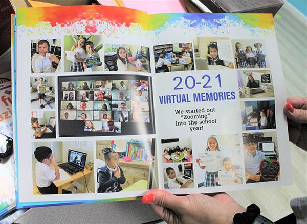 """""""Zooming"""" (acercándonos) a un año escolar: El anuario 2020-2021 de Our Lady of the Lakes se aseguró de incluir a todos los estudiantes, los que asistían a la escuela en persona y los que asistían virtualmente. Nicole Peña, coordinadora de tecnología y encargada del anuario, les da crédito a las familias por enviar fotos de sus hijos aprendiendo desde casa."""