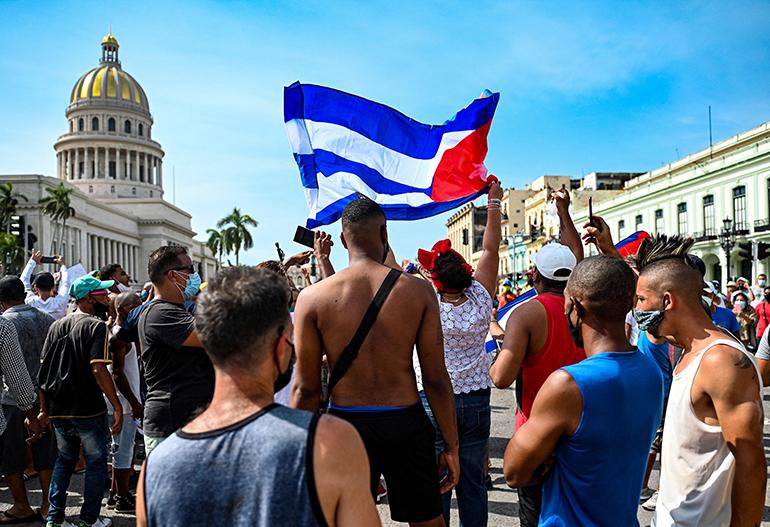 Cubanos en La Habana protestan contra el gobierno en las afueras del Capitolio durante una de decenas de manifestaciones que ocurrieron en todas partes de la Isla el 11 de julio de 2021. (YAMIL LAGE/AFP via Getty Images)