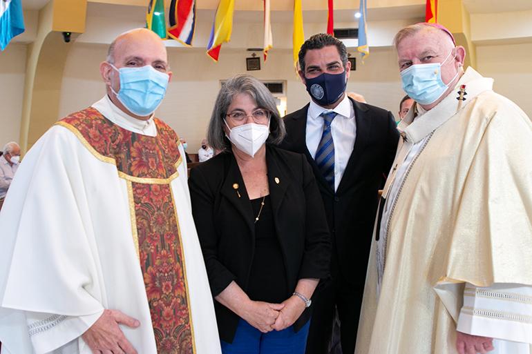 También asistieron a la Misa por Cuba el 13 de julio de 2021, la Alcaldesa del Condado Miami-Dade, Daniella Levine Cava, y el Alcalde de Miami, Francis Suarez, retratados aquí con el P. Fernando Hería y el Arzobispo Thomas Wenski.