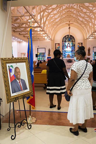 Una feligresa de la iglesia católica Notre Dame d'Haiti en Miami rinde homenaje a un retrato de Jovenel Moise el 22 de junio de 2021, durante un servicio conmemorativo allí un día antes de que el difunto presidente de Haití recibiera un funeral de estado tras su asesinato el 7 de julio. El presidente Moise fue enterrado el 23 de julio por su esposa y tres hijos en su ciudad natal de Cap-Haitien, Haití.