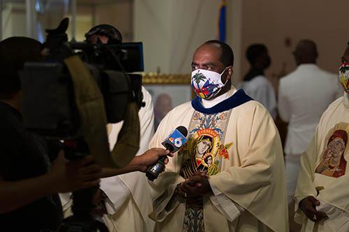 El P. Reginald Jean-Mary, administrador de la iglesia Notre Dame d'Haiti en Miami, habla con los medios de comunicación el 22 de junio de 2021, antes de un servicio conmemorativo por el difunto Jovenel Moise, un día antes de que el ex presidente de Haití recibiera un funeral de estado después de su asesinato el 7 de julio. El presidente Moise fue enterrado el 23 de julio por su esposa y tres hijos en su ciudad natal de Cap-Haitien, Haití.