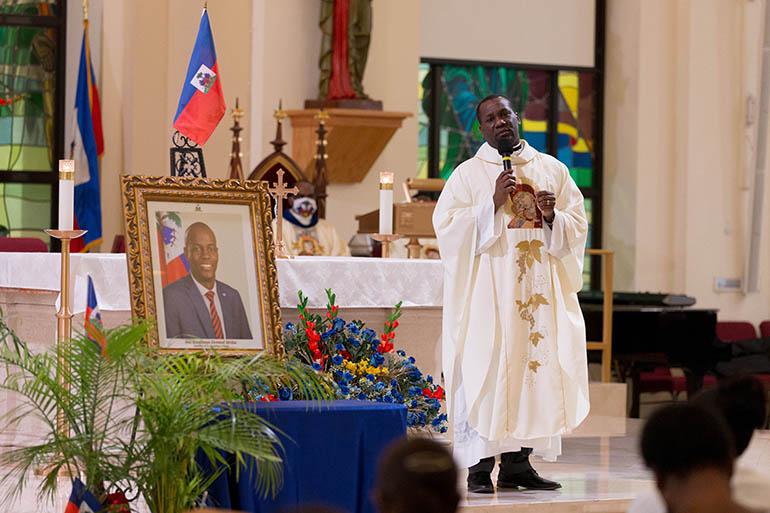 El P. Youry Jules, vicario parroquial de la iglesia católica de Notre Dame d'Haiti en Miami, dirige las oraciones por la paz en Haití el 22 de junio de 2021, en un servicio conmemorativo por el difunto Jovenel Moise, un día antes de que el ex presidente de Haití recibiera un funeral de Estado tras su asesinato el 7 de julio. El presidente Moise fue enterrado el 23 de julio por su esposa y sus tres hijos en su ciudad natal de Cap-Haitien, Haití.
