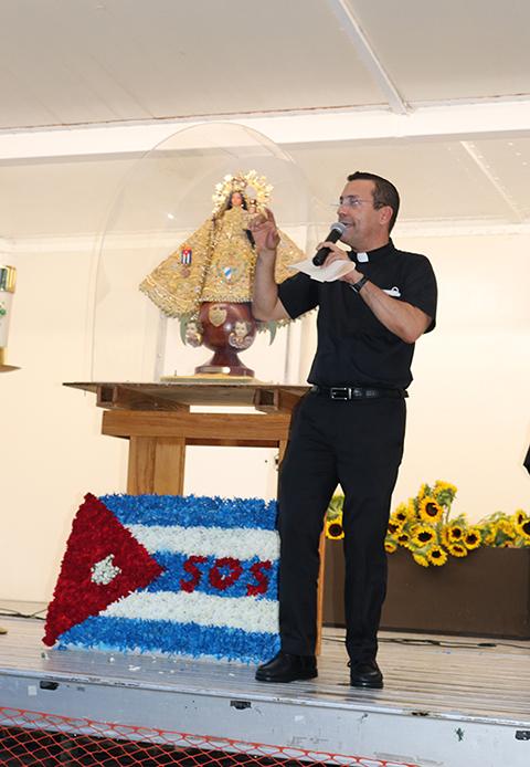 """El P. Jean González Romero, sacerdote cubano de Guantánamo, organizador de la Noche de Oración por Cuba, en la Ermita de la Caridad, el 14 de julio, dijo """"hoy continuamos un rosario viviente frente a estas aguas que es el único punto de la bahía que no es interrumpido con nada""""."""