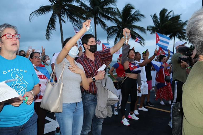 Más de un centenar de cubanos de la diáspora acudieron al Santuario de la Ermita de la Caridad, en Miami, el 14 de julio, unos días después de las protestas en la isla, para rezar por los cubanos de allá, ante la represión con la que ha respondido el gobierno cubano.