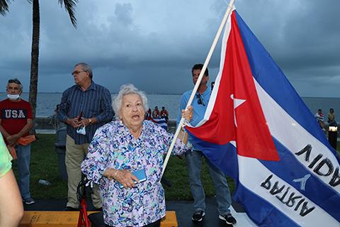 Mary Ríos, de 91 años, acudió con su bandera cubana a la Noche de Oración por Cuba, en la Ermita de la Caridad, el 14 de julio.