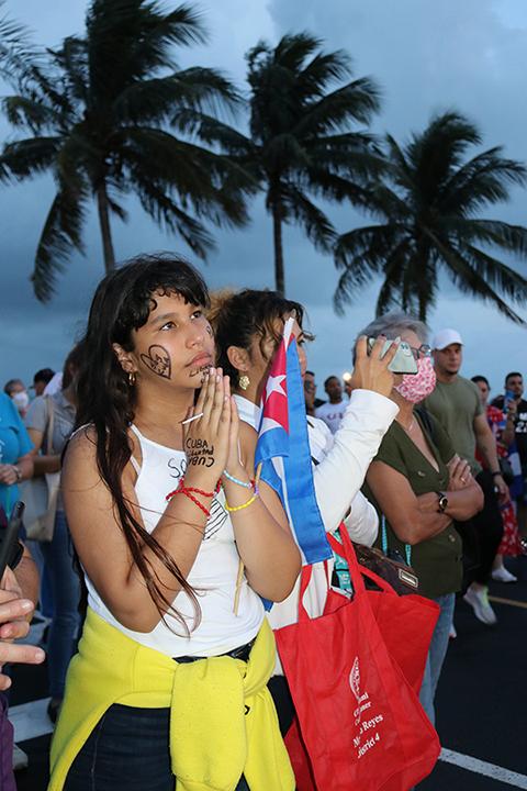 Yaymarilis Paz, reza por sus familiares en Cuba, durante la Noche de Oración, en la Ermita de la Caridad, el 14 de julio.
