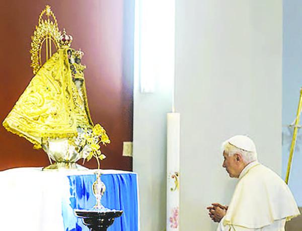 Benedicto XVI ora ante la imagen de la Virgen de la Caridad del Cobre, durante su visita a Cuba en marzo de 2012.