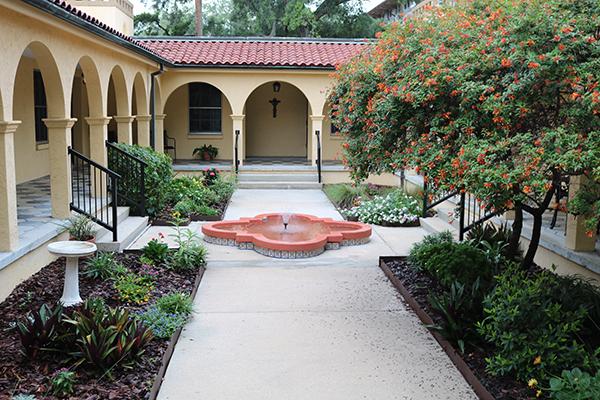 El St. Joseph Renewal Center, en el distrito histórico de San Agustín, ofrece un lugar tranquilo y seguro para la oración, la reflexión y la renovación. El centro está administrado por las Hermanas de San José de St. Augustine.