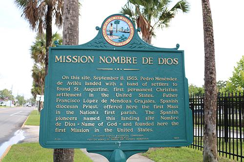 Una placa del estado detalla la historia de la Misión Nombre de Dios, donde los españoles desembarcaron y fundaron San Agustín. Es aquí donde se celebró la primera Misa y se construyó la primera iglesia católica y el primer santuario mariano.
