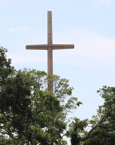 Una cruz de 208 pies se eleva en el cielo y marca el lugar donde los exploradores españoles desembarcaron y fundaron San Agustín, sede de la primera parroquia católica, iglesia y santuario mariano de Estados Unidos.