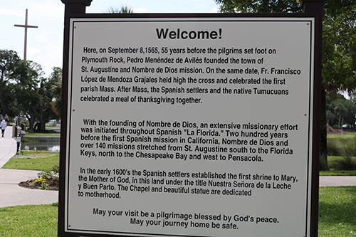 Un cartel en la Misión Nombre de Dios da la bienvenida a los visitantes al Santuario Nacional de Nuestra Señora de la Leche.