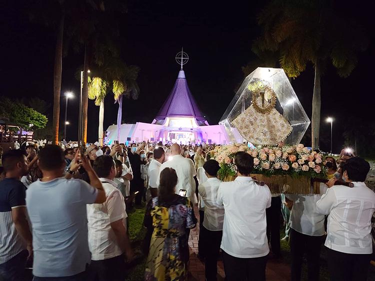 La imagen de la Virgen de la Caridad se despide de sus fieles al terminar la Misa de celebración en su honor, el 8 de septiembre de 2021. Por primera vez en 60 años la celebración se realizó en los exteriores del santuario de la Ermita, en Miami.