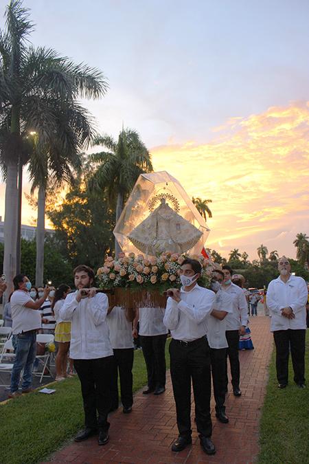 Miembros de Encuentros Juveniles entran en procesión con la imagen de la Virgen de la Caridad al comenzar la Misa anual en honor de la Patrona de Cuba, que este año tuvo lugar al aire libre en los terrenos de la Ermita de la Caridad, el 8 de septiembre de 2021.