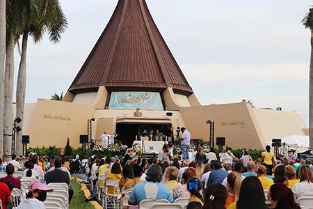 Alrededor de 2000 personas participaron de la Misa de celebración de la Virgen de la Caridad, en los exteriores de su santuario en Miami, el 8 de septiembre de 2021.