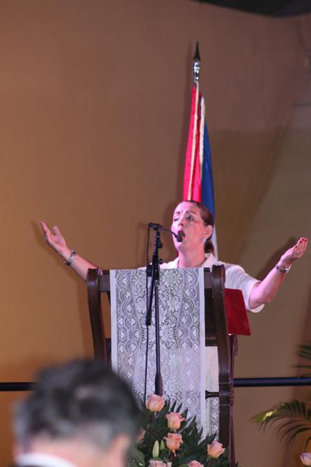 Marité Alfonso canta durante la Misa de celebración de la Virgen de la Caridad, en los exteriores de su santuario en Miami, el 8 de septiembre de 2021.