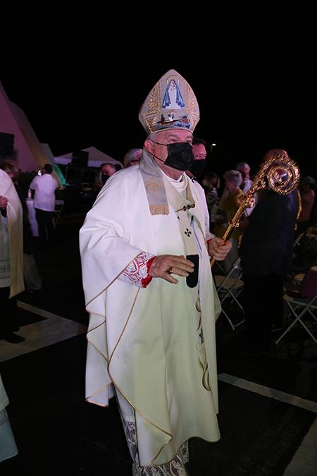 El Arzobispo Thomas Wenski al finalizar la Misa de celebración de la Virgen de la Caridad saluda a los asistentes en los exteriores de la Ermita de la Caridad, el 8 de septiembre de 2021.