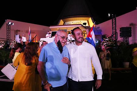 Luis Gutiérrez Areces (izquierda), posa para la foto con Javier Fernández, administrador de la Ermita de la Caridad al finalizar la celebración de la Virgen de la Caridad en los exteriores de su santuario en Miami, el 8 de septiembre de 2021. Gutiérrez a los 24 años trajo la imagen de la Virgen de la Caridad a Miami hace 60 años.