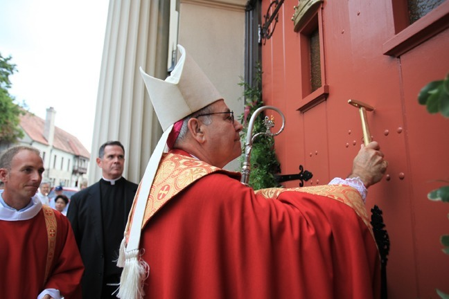 Bishop Est�vez knocks on the door of the Cathedral- Basilica of St. Augustine, a symbolic beginning to his tenure as the tenth bishop of the Diocese of St. Augustine.