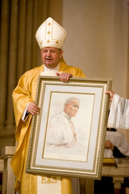 Cardinal Stanislaw Dziwisz presents a painting of Blessed John Paul II to the people of St. Patrick Church, Miami Beach. It was a gift he presented at every stop of his South Florida visit.