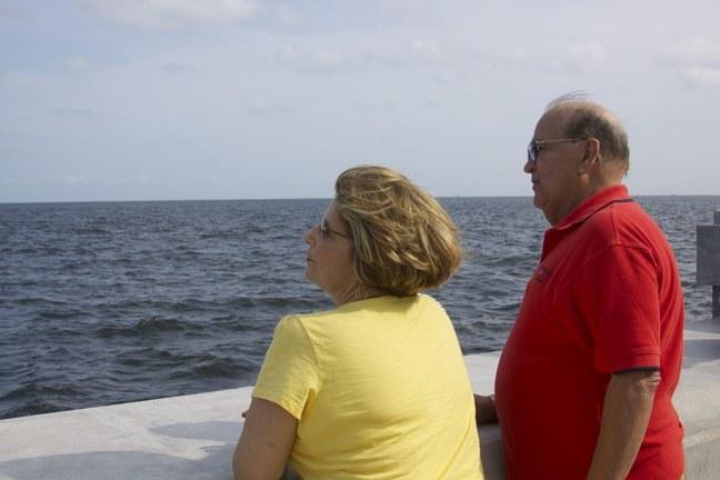 Mario Rodriguez, quien fue preso político en Cuba, y su esposa Gisela Martinez miran con nostalgia hacia el mismo mar que ahora comparten los malecones de la Ermita y La Habana.