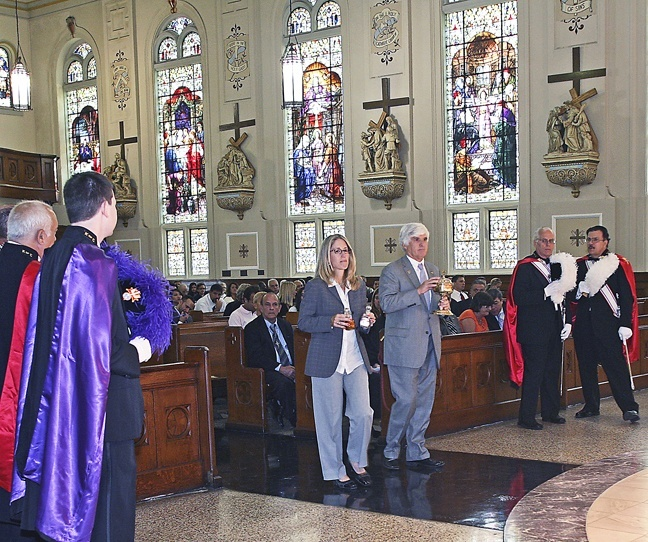 U.S. District Court Judge for the Southern District of Florida Cecilia Altonaga  and U.S. District Court Chief Judge for the Southern District of Florida Federico Moreno take up the offertory during the Red Mass.