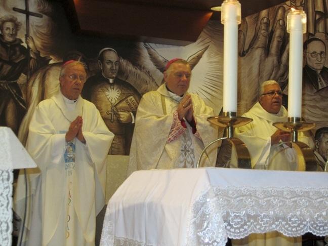 El arzobispo Thomas Wenski celebra la misa en memoria de quien fuera arzobispo de la Habana desde 1970 a 1979, Mons. Francisco Oves. Tambien estaban presentes el obispo auxiliar de la Habana, Mons. Alfredo Petit, y el canciller de la arquidi�cesis, Mons. Ram�n Suarez Polcari.