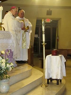 Con el P. Rumin Dominguez, rector de la Ermita, a su lado, el arzobispo Thomas Wenski bendice los restos mortales del arzobispo Francisco Oves, quien fue enterrado en Miami al morir en 1990 y quien descansar� ahora en la catedral de La Habana.