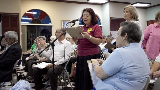 Una representante del Movimiento Juan XXIII expresa sus preocupaciones durante la sesión de escucha.