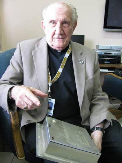 P. Pedro Cartaya, director del Observatorio del Colegio Jesuita de Belén, sosteniendo la caja con semillas enviadas al espacio en el Discovery hace algunos años.