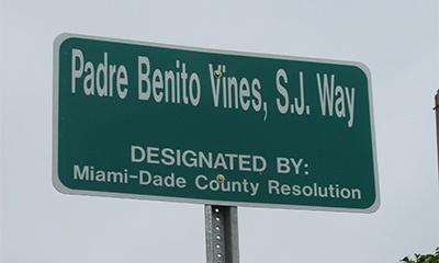 Placa con el nuevo nombre de la Calle Benito Viñes.