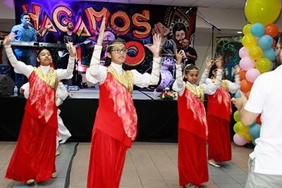 Integrantes del Ministerio de Danzas 'Neeve Cha Reem', bailan durante un receso.