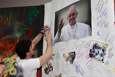 Los jóvenes que participaron en el Congreso Juvenil, escribieron mensajes al Papa Francisco.