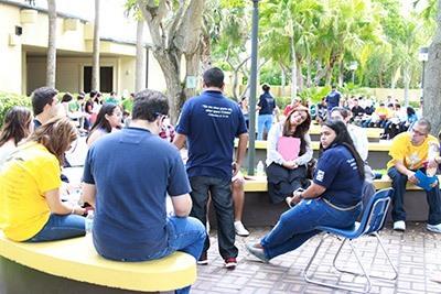 Jóvenes de diferentes grupos Católicos de la Arquidiócesis de Miami participan en el Congreso, discuten y comparten sus opiniones  sobre la charla que escucharon previamente.
